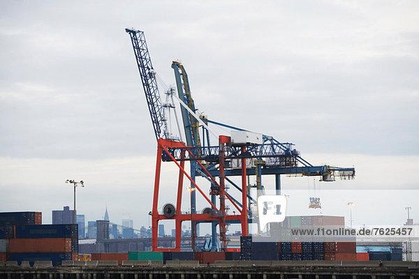 Kran und Container auf der Laderampe