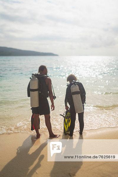 Taucher beim Wandern am tropischen Strand