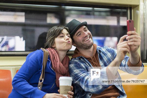 Paar fotografiert in der U-Bahn