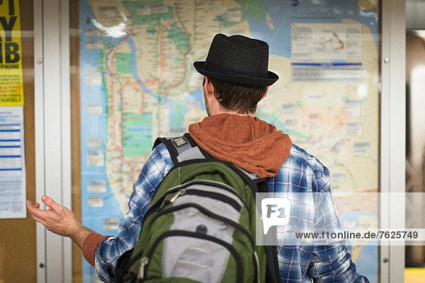 Verwirrter Mann liest Stadtplan
