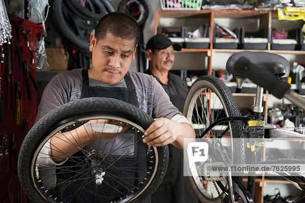 Mechaniker im Fahrradgeschäft