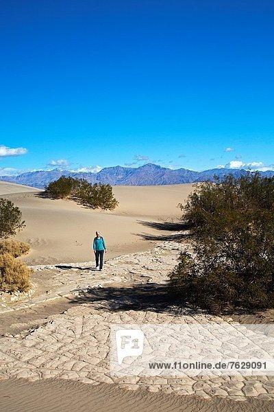 Sand  wandern  flach  Düne  Death Valley Nationalpark