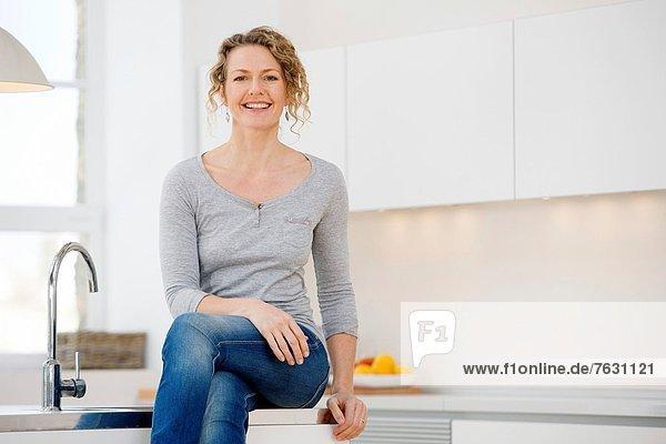 sitzend  Frau  Individualität  Küche  jung