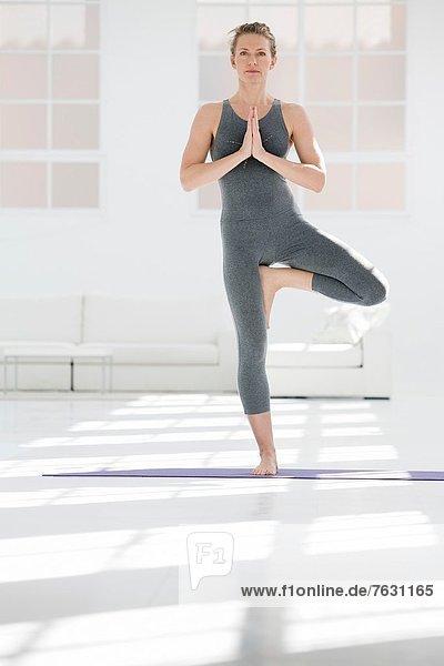 Frau  Baum  Gesundheit  jung  Yoga  02 Position  Pose