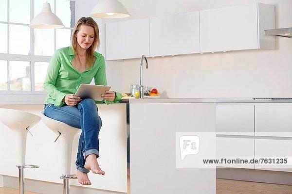 benutzen  Attraktivität  Frau  Computer  Küche  jung
