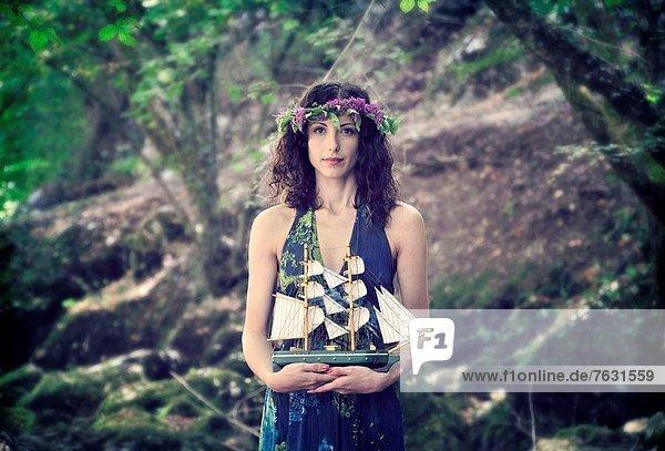 junge Frau junge Frauen Portrait halten Spielzeug Boot