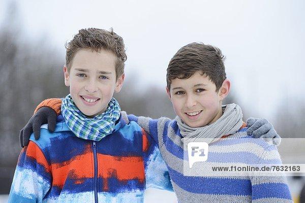 Zwei Jungen umarmen sich im Freien  Portrait Zwei Jungen umarmen sich im Freien, Portrait