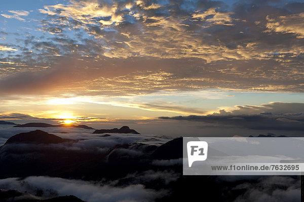 Wolkenhimmel  Sonnenaufgang über den Bergen  Blick vom Adam's Peak  Sri Pada