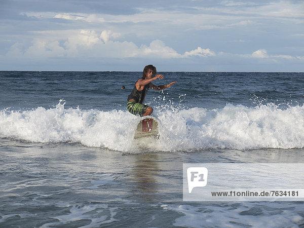 Surfer  40  auf Brandungswelle  Playa Cocles  Puerto Viejo de Talamanca  Costa Rica  Zentralamerika