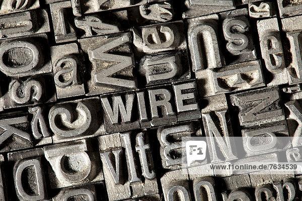 'Alte Bleilettern bilden das englische Wort ''WIRE'''