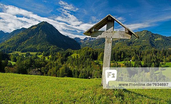 Feldkreuz im Oytal  dahinter das Stillachtal  Oberstdorf  Oberallgäu  Bayern  Deutschland  Europa  ÖffentlicherGrund