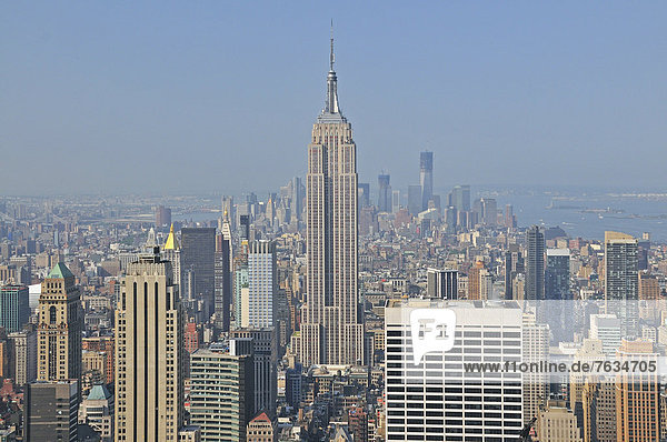 Panorama von der Aussichtsplattform Top of the Rock im Rockefeller Center auf das Empire State Building und nach downtown Manhattan  Manhattan  New York City  USA  Nordamerika  Amerika