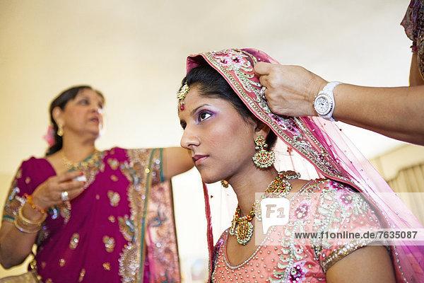Farbaufnahme  Farbe  Braut  Stoff  Schmuck  Indianer  Kleidung