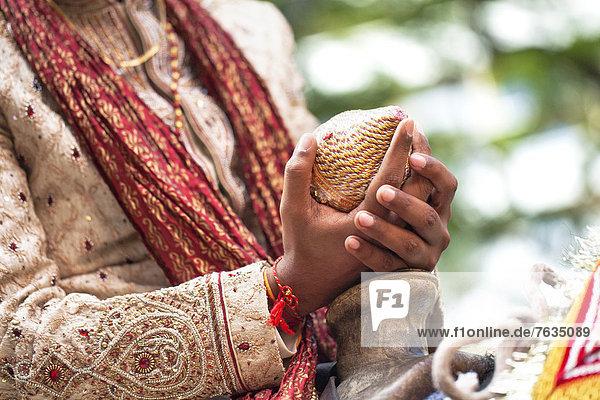 Bräutigam  halten  Indianer  Kokosnuss