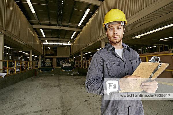 Europäer  Klemmbrett  Lagerhalle  Lager  arbeiten Europäer ,Klemmbrett ,Lagerhalle, Lager ,arbeiten
