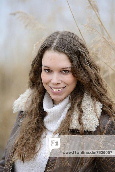 Lächelnde junge Frau im Freien  Porträt