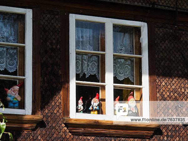 Gartenzwerg Bauernhaus Europa Fenster Wohnhaus Fassade Hausfassade Dorf Emmentaler Bern Kanton Bern Schweiz Fensterrahmen Rahmen