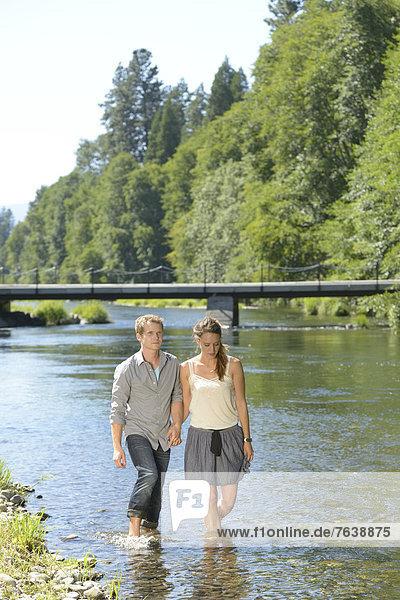 Vereinigte Staaten von Amerika  USA  Wasser  Frau  Mann  Amerika  Sommer  waten  Brücke  Nordamerika  barfüßig  Bach  jung  Außenaufnahme  spazierengehen  spazieren gehen  Jacksonville  Oregon