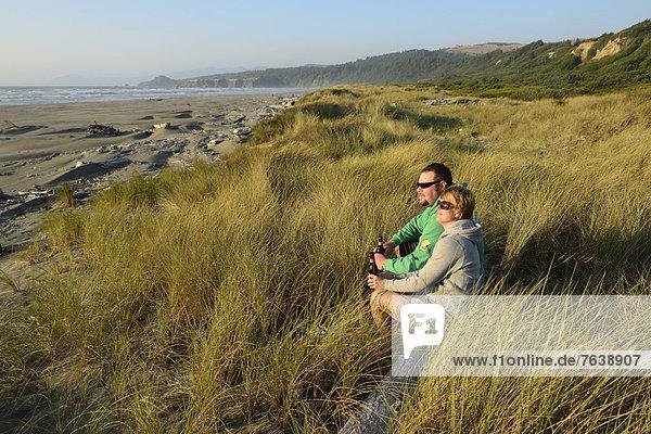 Vereinigte Staaten von Amerika  USA  Frau  Mann  Fröhlichkeit  Mensch  Amerika  Entspannung  Menschen  Küste  Natur  ungestüm  Nordamerika  Gras  Bier  Spaß  Oregon