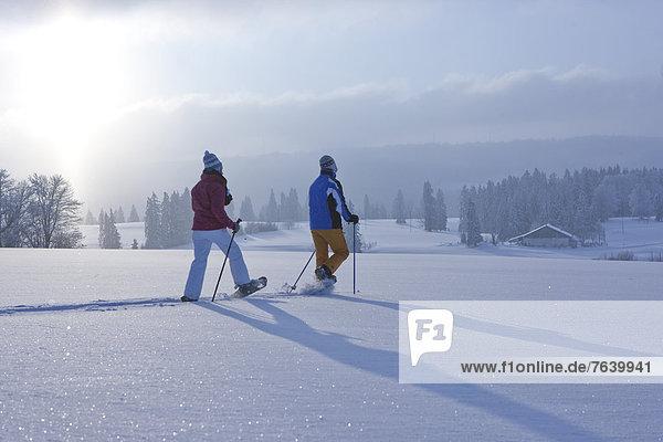 Schneeschuh Frau Winter Mann gehen wandern Schnee Wintersport