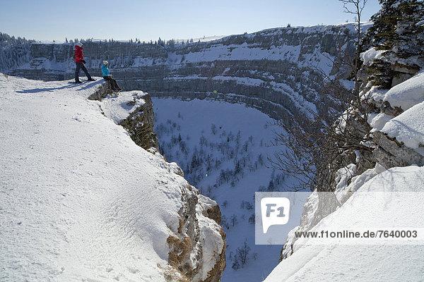 Felsbrocken Schneeschuh Europa Frau Berg Winter Mann Stein gehen Steilküste Tagesausflug wandern Bergwandern Schnee Schweiz Wintersport