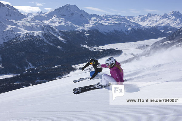 Freizeit Wintersport Frau Winter Mann Sport Abenteuer schnitzen Skisport Ski Kanton Graubünden
