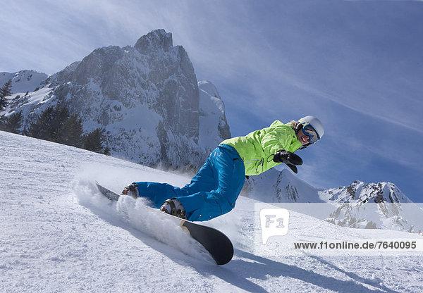 Frau Berg Winter Snowboard Snowboarding Alpen Außenaufnahme Tiefschnee Wintersport