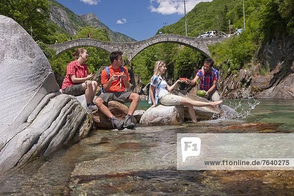 Wasser Frau Mann gehen Weg Brücke fließen Fluss Bach Touristin wandern Wanderweg trekking Gewässer