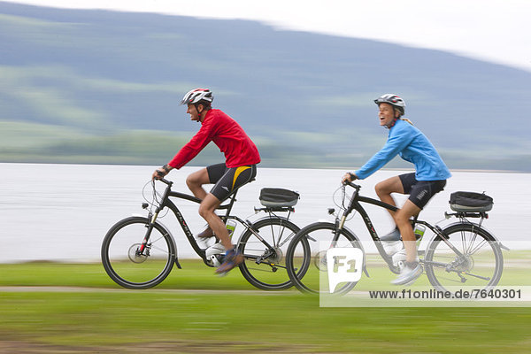 Frau Mann Fahrrad Rad Urlaub See Tourismus Fahrrad fahren
