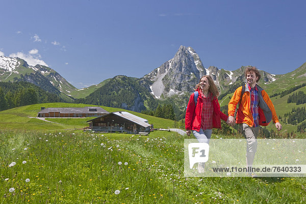 Frau Berg Mann gehen Weg Touristin wandern Wanderweg trekking