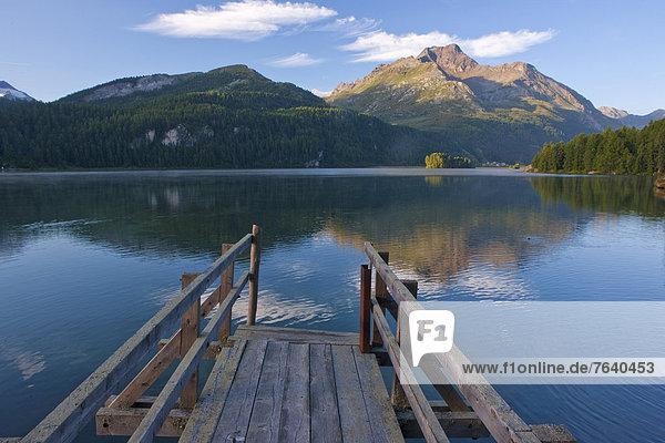 Fußgängerbrücke Europa Berg Spiegelung See Kanton Graubünden Engadin Bergsee Oberengadin Schweiz