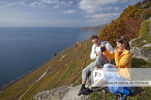 Frau Mann ruhen gehen Wein Weg See Touristin wandern Herbst Genfer See Genfersee Lac Leman Wanderweg Rest Überrest trekking