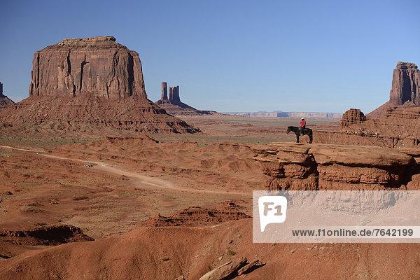 Vereinigte Staaten von Amerika  USA  Amerika  fahren  Reise  Fäustling  Indianer  Nordamerika  Arizona  Süden  Reiter  Ethnisches Erscheinungsbild  Kayenta  Arizona  Monument Valley  Navajo  Sandstein