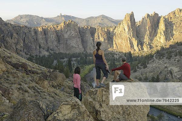 Vereinigte Staaten von Amerika  USA  State Park  Provincial Park  Felsbrocken  Frau  Mann  Amerika  ruhen  Landschaft  wandern  Wasserflasche  Außenaufnahme  Oregon  Rest  Überrest  Sport