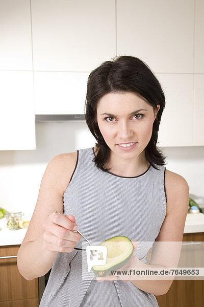 Frau Avocado essen essend isst