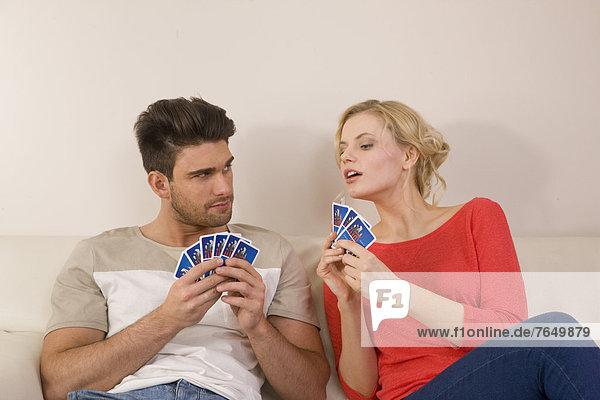 Junges blondes Paar spielt Karten - Partnerschaft  fully_released
