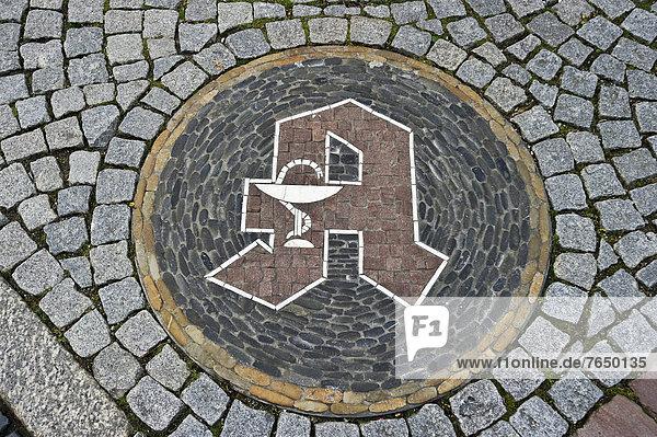 Apothekensymbol  Steinmosaik vor einer Apotheke  Freiburg im Breisgau  Baden-Württemberg  Deutschland  Europa