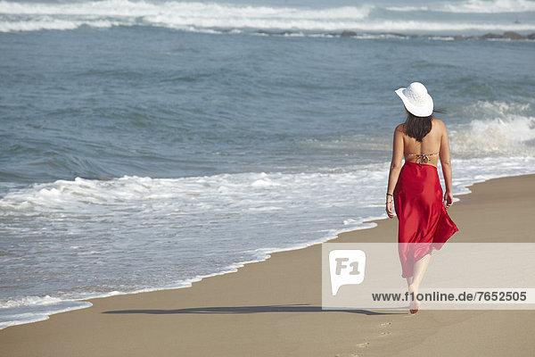 Frankreich  Europa  Frau  gehen  Strand  Sommer  Bikini  Sarong  Rückansicht  rot  Ansicht  jung  Kleidung  vorwärts  Arcachon  Aquitanien