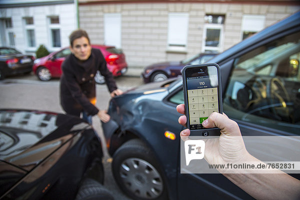 Handy  Feuerleiter  Verkehrsunfall  Unfall  Kollision  benutzen  Frau  Auto  drehen  Notfall  Unfall  beschädigt  Nummer  Gespräch  Gespräche  Unterhaltung  Unterhaltungen  Ausgang  Polizei