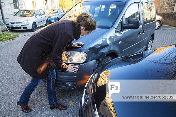 Feuerleiter  Verkehrsunfall  Unfall  Kollision  Frau  beobachten  Auto  drehen  beschädigt  Unfall  Ausgang