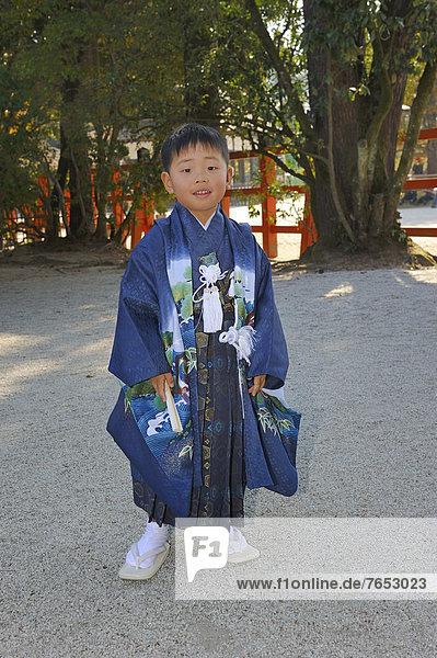 Junge - Person  Ostasien  Asien  Japan  Kimono  Kyoto  Schrein