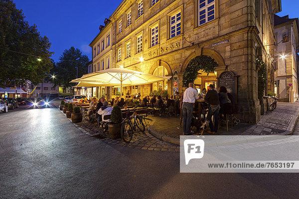am Tisch essen Stadt Geschichte Restaurant Außenaufnahme Bamberg alt