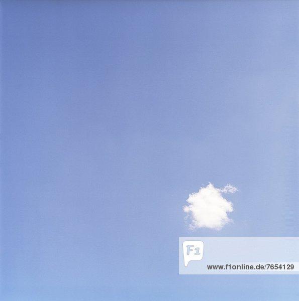 Eine kleine Wolke am blauen Himmel