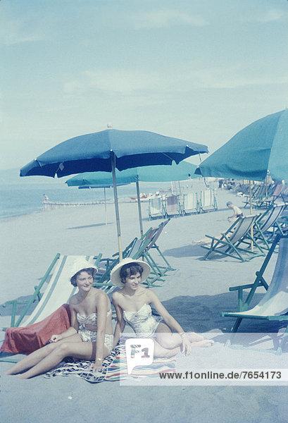 Zwei junge Frauen am Strand - Stil - Nostalgie - Sechziger Jahre - Urlaub