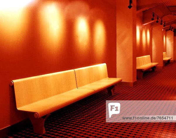 Drei Holzbänke in einem Wartesaal - Kino