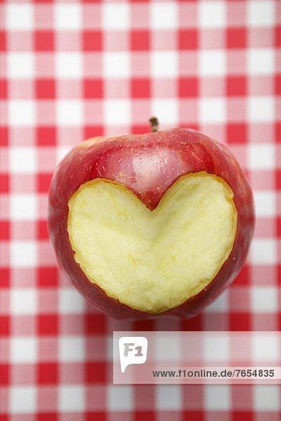 Herz in einen Apfel geschnitzt