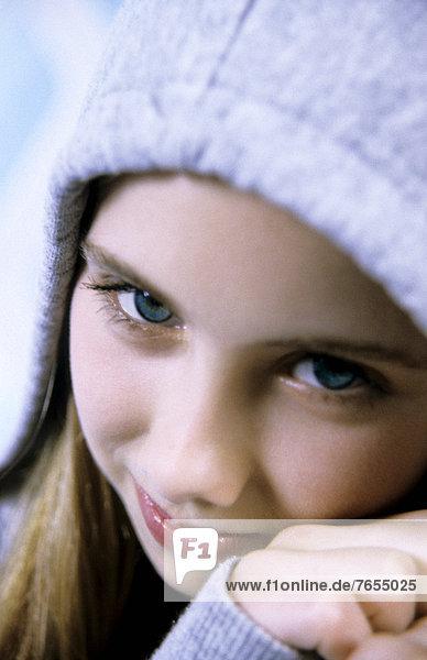 Junges Mädchen mit Kapuze (Portrait) mund