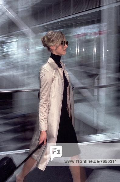 Geschäftsfrau mit Koffer - Flughafen München - Bayern - Deutschland