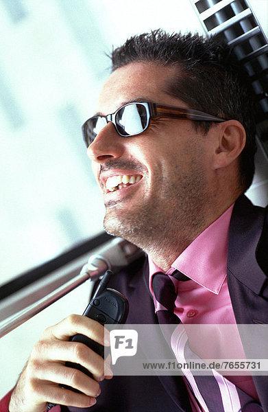 Mann mit Sonnenbrille und Handy