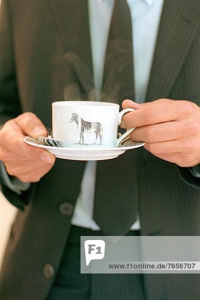 Geschäftsmann mit einer Kaffeetasse